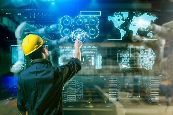 trabajador de la industria utilizando digitalización