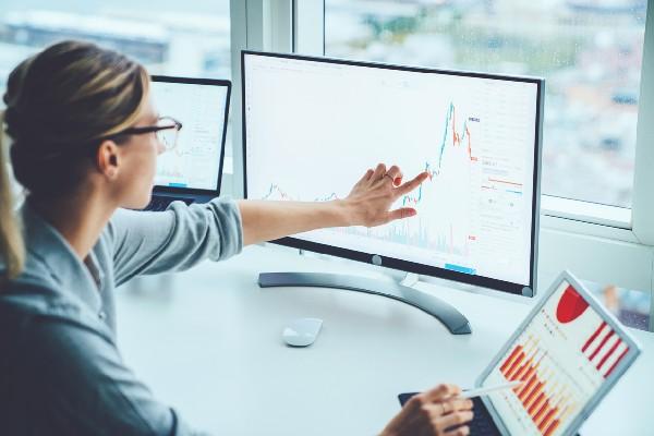 mujer utilizando la transformación digital en su compañía