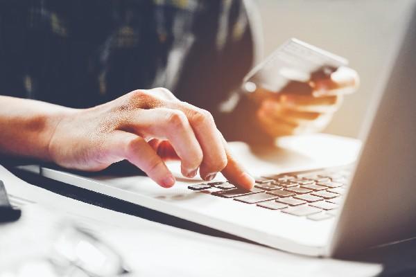 persona pagando algo a través de su computador