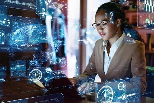 mujer analizando datos